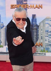 Stan Lee bei einer Filmpremiere im vergangenen Jahr. Spider-Man, Hulk, Iron Man, Thor, und die X-Men gehören zu seinen bekanntesten Erfindungen. (Bild: Mike Nelson/EPA)
