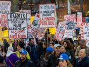 Rund 900 Menschen protestierten in Genf gegen die Sparmassnahmen. (Bild: KEYSTONE/MARTIAL TREZZINI)