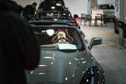 An der Automesse können sich auch kleine Besucher hinter das Steuer setzen. (Bild: Michel Canonica)