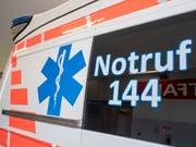 Die Ambulanz brachte am frühen Donnerstagmorgen ein auf dem Pannenstreifen geborenes Mädchen und die frisch gebackenen Eltern ins Spital. (Bild: KEYSTONE/URS FLUEELER)