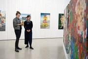 Beim Rundgang: Lena Friedli (links) und Barbara Ruf im Pavillon Winkelriedhaus. (Bild: Corinne Glanzmann (Stans, 15. November 2018))