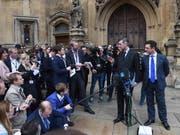 Krisenstimmung in London: Nachdem es Premierministerin Theresa May gelungen ist, sich beim Brexit mit der EU zu einigen, droht ihr Ungemach aus den eigenen Reihen. Der konservative Politiker Jacob Rees Mogg (Bild) hat am Donnerstag in London angekündigt, er plane ein Misstrauensvotum gegen May. (Bild: KEYSTONE/EPA/FACUNDO ARRIZABALAGA)