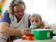 Für die Betreuung von schwerkranken Kindern sollen künftig auch erwerbstätige Angehörige angemessen entschädigt werden. (Bild: KEYSTONE/GAETAN BALLY)