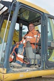 Theo Messmer liebt jegliche Arbeit, die er mit einer Maschine verrichten kann. Hier mit «seinem» Bagger auf der Baustelle der neuen Landi im Bazenheider Industriegebiet. (Bild: Beat Lanzendorfer)