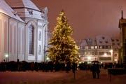 Der grosse Christbaum auf dem Klosterplatz ist Mittelpunkt verschiedener, meist gut besuchter und stimmungsvoller Adventsveranstaltungen. (Bild: Michel Canonica - 2.12.2012)