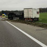 Der Fahrer blieb beim Unfall unverletzt. (Bild: Kapo SG)