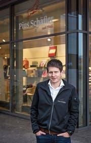 Patrick Ammann, Inhaber der Pius Schäfler AG, vor dem Flagship Store an der St.Gallerstrasse in Gossau. (Bild: Thomas Hary (15. November 2018))