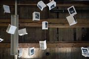 Buch als Installation: Wie Vögel fliegen die Doppelseiten in Gianni Kuhns «Kleinster Galerie der Welt» unter der Raumdecke. (Bild: Dieter Langhart)