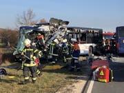 Rettungskräfte arbeiten an der Unfallstelle. Bei dem Zusammenstoss von zwei Schulbussen im Landkreis Fürth sind mehrere Kinder schwer verletzt worden. (Bild: Keystone/DPA/MICHL SCHMELZER)