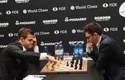Magnus Carlsen (links) gegen Fabiano Caruana lautet das Duell. (Bild: Facundo Arrizabalaga EPA)