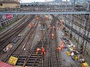 Am Wochenende wird der Luzerner Bahnhof wegen Arbeiten an Weichen komplett gesperrt. Ersetzt wird auch die Weiche, auf der im März 2017 ein Eurocity entgleist war. (Bild: KEYSTONE/URS FLUEELER)