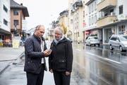 Roland Emmenegger, Gemeinderat von Hochdorf und Gabi Lauper von der zuständigen Kommission im Seetal, inspizieren mögliche Taxito-Points in Hochdorf. (Bild: Manuela Jans-Koch , 13. November 2018)
