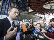 Alexej Nawalny am Donnerstag in Strassburg nach der Urteilsverkündigung vor den Medien. (Bild: Keystone/AP/JEAN-FRANCOIS BADIAS)