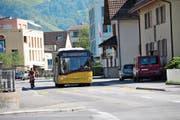 Wenn das Postauto dem Velo ausweichen muss, wird's eng auf der Robert-Durrer-Strasse. (Bild: Matthias Piazza (Stans, 11. September 2018))
