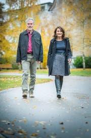 Elisabeth Wickihalder aus Winterthur mit dem Kirchpräsident Thomas Leuch vor der evangelischen Kirche. (Bild: Andrea Stalder)