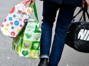 Für Weihnachtseinkäufe werden Herr und Frau Schweizer dieses Jahr nicht mehr aufwenden. (Bild: KEYSTONE/WALTER BIERI)