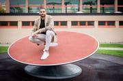 Kariem Hussein stellt auf dem Sportplatz der Oberstufe Bronschhofen seinen Gleichgewichtssinn unter Beweis. (Bild: Reto Martin)