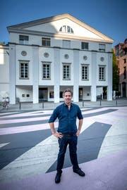 Ideal für ein Theater als Ort der Begegnung: Benedikt von Peter auf dem Theaterplatz, auf dem der Anbau oder ein Neubau zu stehen käme. Bild: Pius Amrein (20. August 2018)