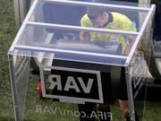 Der VAR wird auch in Englands Premier League eingeführt (Bild: KEYSTONE/AP/THEMBA HADEBE)
