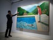 War einem Käufer bei einer Auktion in New York über 90 Millionen Dollar wert: das Bild «Porträt eines Künstlers (Pool mit zwei Figuren)» des britischen Malers David Hockney. (Bild: KEYSTONE/EPA/JEROME FAVRE)