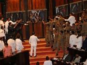 Chaotische Szenen im Parlamentsgebäude in Colombo, Sri Lanka: Abgeordnete werfen Stühle und Chilipulver. (Bild: KEYSTONE/AP/LAHIRU HARSHANA)