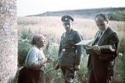 Ein Deutscher Beamter befragt an einem unbekannten Ort in Osteuropa im Jahr 1938 eine ältere Roma-Frau vor ihrer Deportation nach Polen. Bild: Getty