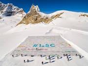 Die aus über 100'000 Einzelbotschaften zusammengesetzte Riesen-Postkarte auf dem Aletschgletscher. (Bild: KEYSTONE/EPA KEYSTONE/VALENTIN FLAURAUD)