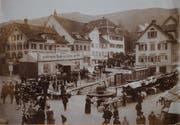 Im Jahr 1911 herrschte auf dem Jahrmarkt in Lichtensteig viel Trubel. Das Städtli war zu diese Zeit weit herum bekannt als Marktort, am wöchentlichen Viehmarkt wurden jeweils Hunderte Tiere veräussert. (Bild: PD)
