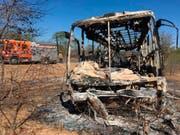 Vom Bus blieb nicht mehr viel übrig. Über vierzig Menschen kamen bei einer Explosion in Simbabwe ums Leben. (Bild: KEYSTONE/AP)