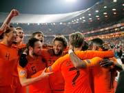 Die Niederländer bejubeln den Sieg über Weltmeister Frankreich (Bild: KEYSTONE/AP/PETER DEJONG)