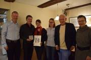 Marko Sauer und Katharina Breitenmoser mit der traditionellen Plakette und der Siegerurkunde, die ihnen von Wil Tourismus verliehen wurde.