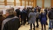 Die Besucher des Informationsabends zeigten grosses Interesse an den Details der geplanten flankierenden Massnahmen. (Bild: Sascha Erni)