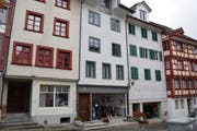 Das graue Haus an der Marktgasse 11 mit dem Schmuckladen im Erdgeschoss fügt sich gut in das Gesamtbild der Altstadt. (Bild: Gianni Amstutz)