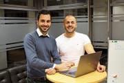 Raphael Hardegger (links) und Erol Kanik arbeiten oft am Abend und am Wochenende für ihr Start-up. (Bild: Chris Eggenberger)