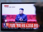 Nordkoreas Machthaber Kim Jong Un soll laut Medienbericht den Waffentest persönlich überwacht haben. (Bild: KEYSTONE/AP/AHN YOUNG-JOON)