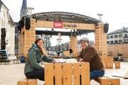 Die SRF-Mitarbeiter Karin Schafflützel und Martin Boner fieber der Sendung entgegen. (Bild: Daniel Schwendener)