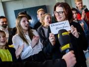 Annette Schwartzmanns, die Marketingleiterin des Langenscheidt-Verlags, präsentiert gemeinsam mit der Jury das «Jugendwort des Jahres» 2018. (Bild: Keystone/DPA/MATTHIAS BALK)