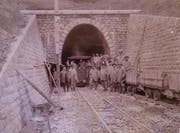 Am 15. Mai 1905 besuchte eine ständerätliche Kommission die Baustelle des Rickentunnels. Die Politiker wurden in Übergewänder gepackt, bevor sie die Arbeit anschauten. (Bild: PD)