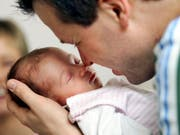 Auch Väter sollen sich nach der Geburt intensiv an der Betreuung des Kindes beteiligen können. Die Sozialkommission des Ständerats stellt einen zweiwöchigen Vaterschaftsurlaub zur Diskussion. (Bild: KEYSTONE/AP/MICHAEL SOHN)