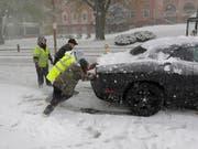 Der erste grössere Schneesturm dieses Winters sorgte im Nordosten der USA für Chaos auf den Strassen. (Bild: KEYSTONE/AP/SETH WENIG)