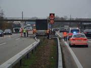 Ein Lastwagen mit Anhänger durchbrach in Oensingen SO die Mittelleitplanken der A1 und kam auf der Überholspur der Gegenfahrbahn zum stehen. (Bild: Handout Kantonspolizei Solothurn)