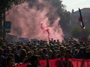 Studierende demonstrierten am Freitag unter anderem in Rom gegen die Bildungspolitik der italienischen Regierung. (Bild: KEYSTONE/AP/ALESSANDRA TARANTINO)