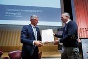 Matthias Michel (links) überreichte den Preis dem Gründer der Baarer Firma Marc Bolliger. (Bild: Stefan Kaiser (Zug, 14. November 2018))