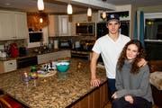 Yannick Rathgeb mit Freundin Federica Boschung in der Küche der Wohnung. Bild: Leroy Ryser