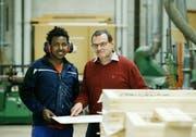 Bei Franz Schmidiger arbeitet Michael Ghebrengius aus Eritrea. Der junge Flüchtling absolviert eine Vorlehre im Schreinerbetrieb. (Bild: Stefan Kaiser, Baar, 15. November 2018)