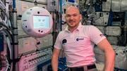 Astronaut Alexander Gerst zusammen mit Roboter Cimon. (Bild: DLR)