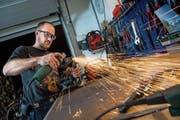 Michael Regli arbeitet in seiner Werkstatt an der nächsten Stahlskulptur. (Bild: Boris Bürgisser (Schattdorf, 16. November 2018))
