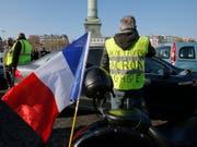 Die Demonstranten nennen sich «Gilets Jaunes». Mehr als 2000 Protestaktionen gab es offiziellen Angaben zufolge, so auch hier auf der Place de la Bastille in Paris. (Bild: KEYSTONE/AP/MICHEL EULER)