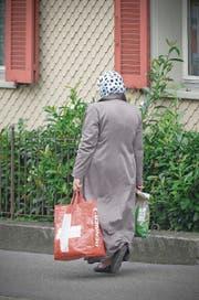 Ob das Kopftuch an Schweizer Schulen erlaubt sein soll, ist eine der Fragen, die die Parteien umtreibt. Im Bild eine Muslima in einem St.Galler Wohnquartier. (Bild: Ralph Ribi (3. September 2014))