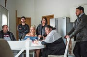 Mit ihrer Ausstellung erhoffen sie sich mehr Akzeptanz bei der sesshaften Bevölkerung. Die Sinti Romilda Lehmann (am Tisch in der Mitte) und ihre Verwandten in ihrem Haus auf dem Standplatz in Wil. (Bild: Thomas Hary)